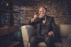 Älterer Mann mit einer Pfeife Stockfotografie