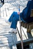Älterer Mann mit gehendem Steuerknüppel Stockbild