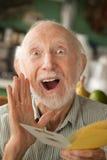 Älterer Mann mit Grußkarte Lizenzfreie Stockfotos