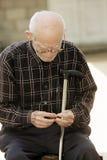 Älterer Mann mit Kirsche und Steuerknüppel lizenzfreie stockbilder