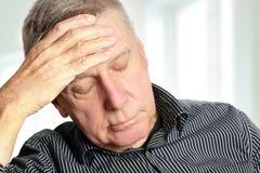 Älterer Mann mit Kopfschmerzen stockfotos