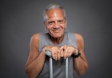 Älterer Mann mit Krückeen Lizenzfreies Stockfoto