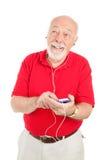Älterer Mann mit MP3-Player stockbild