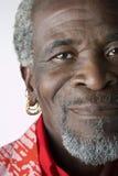 Älterer Mann mit Ohrringen stockfoto