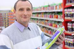 Älterer Mann mit Paket in den Händen Stockfotografie