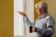 Älterer Mann mit Schale Stockfotografie