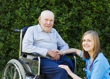 Älterer Mann mit seinem Doktor Stockfotografie