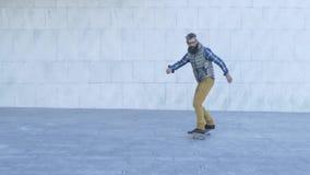 Älterer Mann mit Skateboard stock footage