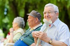 Älterer Mann mit Spazierstock Lizenzfreies Stockbild