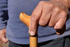 Älterer Mann mit Spazierstock in der Hand, Mittelteil stockbild