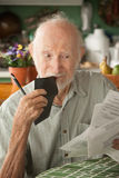 Älterer Mann mit vielen Rechnungen Stockbild