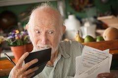 Älterer Mann mit vielen Rechnungen lizenzfreie stockfotos