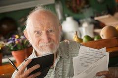 Älterer Mann mit vielen Rechnungen lizenzfreies stockfoto