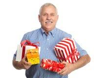 Älterer Mann mit Weihnachtsgeschenken. Stockbild
