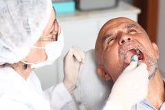 Älterer Mann mit Zahnschmerzen am Zahnarzt lizenzfreies stockfoto