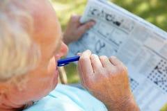 Älterer Mann mit Zeitung Stockfotos