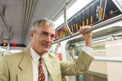Älterer Mann in New- Yorku-bahn lizenzfreie stockfotos