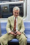 Älterer Mann in New- Yorku-bahn stockbilder