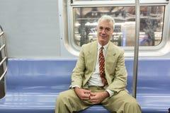 Älterer Mann in New- Yorku-bahn stockbild
