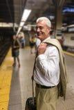 Älterer Mann in New- Yorku-bahn lizenzfreie stockfotografie