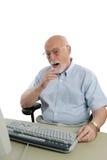 Älterer Mann online entsetzt lizenzfreie stockfotos