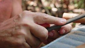 Älterer Mann reibt den Korken durch Datei, um eine Handarbeitsflöte, Nahaufnahme herzustellen stock video footage