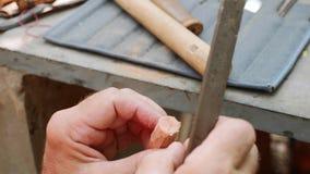 Älterer Mann reibt den Korken durch Datei, um eine Handarbeitsflöte, Nahaufnahme herzustellen stock video
