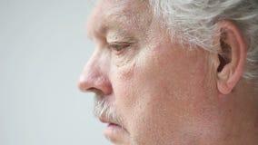 Älterer Mann reibt seine Augen stock video footage