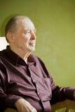 Älterer Mann in Schwingstuhl Stockfotografie