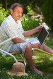 Älterer Mann spielt Tennis Stockfoto