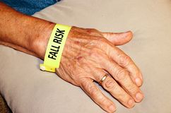 Älterer Mann-tragendes Fall-Risiko-Armband Stockfoto