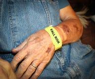 Älterer Mann-tragendes Fall-Risiko-Armband Stockfotografie