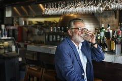 Älterer Mann-Treffpunkt-trinkendes Alkohol-Nachtclub-Konzept lizenzfreie stockfotos