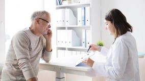 Älterer Mann und Doktorsitzung an Krankenhaus 44 stock video