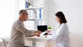 Älterer Mann und Doktorsitzung an Krankenhaus 57 stock video