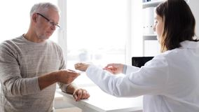Älterer Mann und Doktorsitzung an Krankenhaus 58 stock video footage