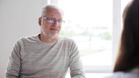 Älterer Mann und Doktorsitzung an Krankenhaus 41 stock video footage