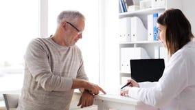 Älterer Mann und Doktorsitzung an Krankenhaus 61 stock video footage