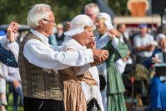 Älterer Mann und Frau, die einen alten niederländischen Volkstanz während eines niederländischen Festivals demonstriert Lizenzfreies Stockfoto