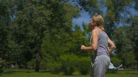 Älterer Mann und Frau, die im Park, Gesundheitswesen, aktive Leutezeitlupe rüttelt stock video