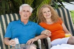 Älterer Mann-und Frauen-Paare, die Getränke genießen Stockfoto