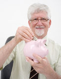 Älterer Mann und piggybank Lizenzfreie Stockbilder