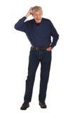 Älterer Mann verbiegt vorwärts und löscht Kopf Stockfotos