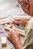 Älterer Mann verbreitete Flügel eines Schmetterlinges lizenzfreies stockfoto