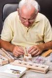 Älterer Mann verbreitete Flügel eines Schmetterlinges lizenzfreies stockbild