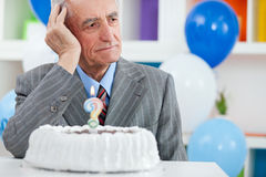 Älterer Mann vergaß, wie alt ist stockbilder