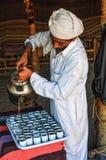 Älterer Mann verschüttet Tee in Schalen Lizenzfreie Stockfotografie