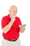 Älterer Mann verwirrt durch MP3-Player lizenzfreies stockfoto