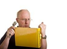 Älterer Mann verwirrt von Book Lizenzfreie Stockbilder