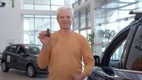 Älterer Mann zeigt sich Daumen an der Verkaufsstelle stock footage